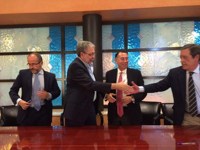 Firma del convenio de permuta de terrenos entre el Grupo Ybarra y el Ayuntamiento de Dos Hermanas.